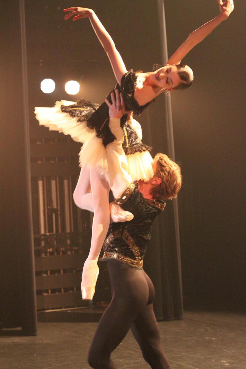 Laura Hecquet et Karl Paquette sur scène.